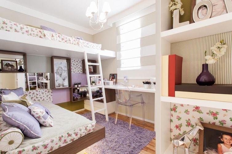 Quarto infantil com cama suspensa e flores