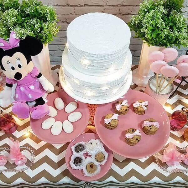 A pelúcia da Minnie trouxe alegria para a mesa do bolo