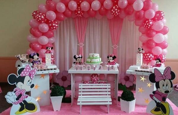 Arco de balões e cortinas nas cores rosa e branco para festa da minnie