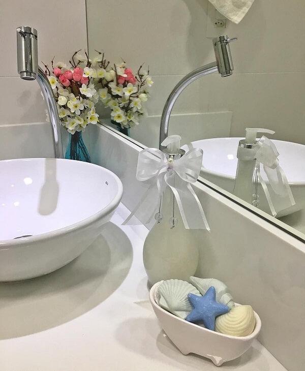 Banheira com sabonetes utilizada como enfeites para banheiro pequeno