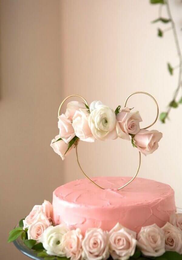 Bolo feito com rosas naturais para decoração de festa da minnie rosa