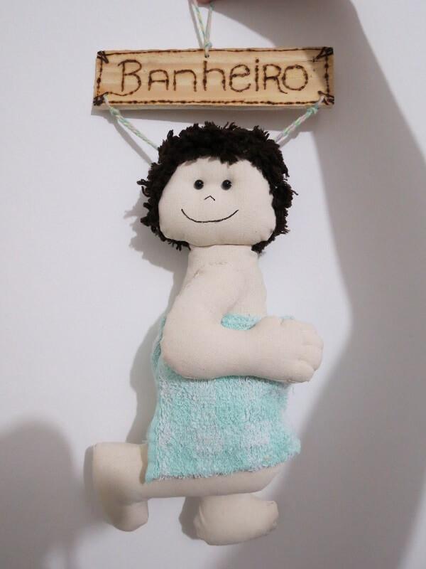 Boneco menino utilizado com enfeite para porta de banheiro