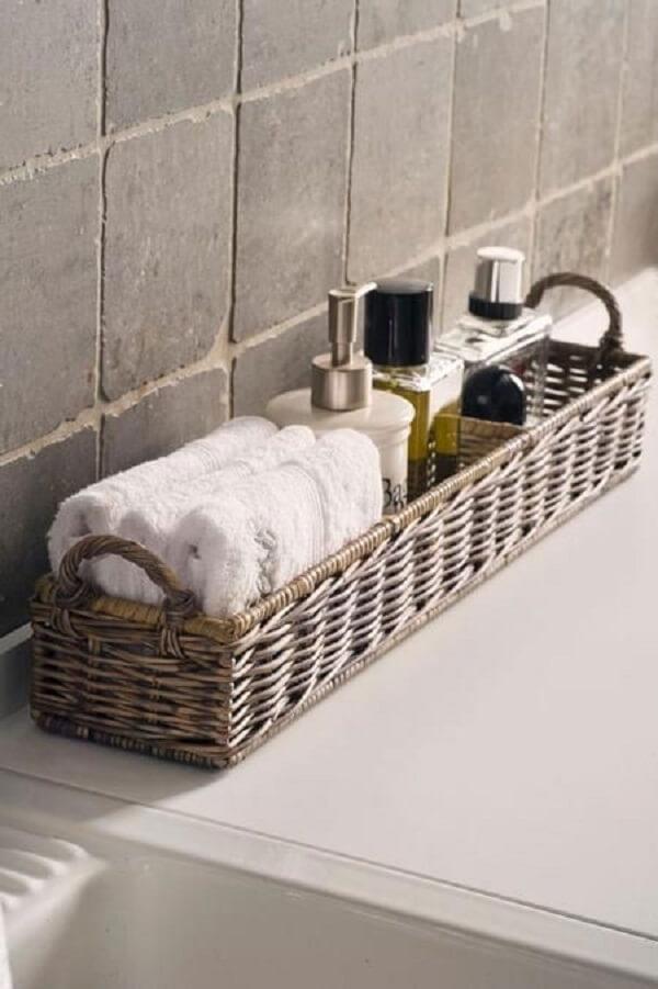 Cestos organizadores utilizados como enfeites para banheiro pequeno