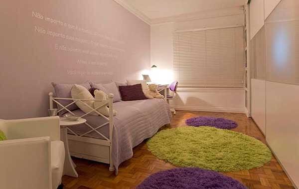 Cor lilás com frases na parede do quarto