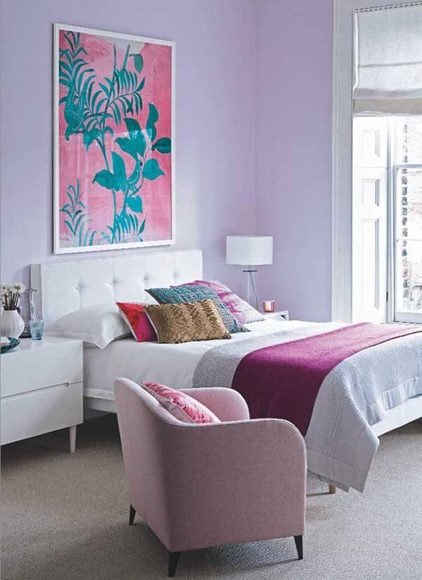 Cor lilás decora com estilo o quarto de casal.