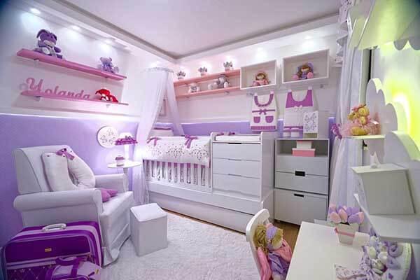 Cor lilás e branca no quarto de bebê