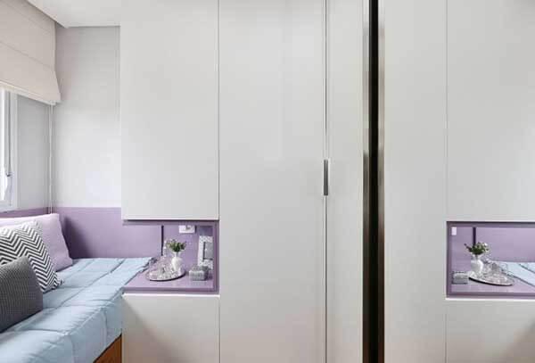 Cor lilás em armários com nichos