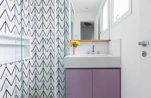 Cor lilás em azulejo geométrico no banheiro branco