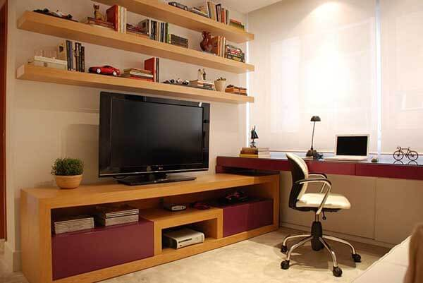 Cor lilás em home office rack marrom