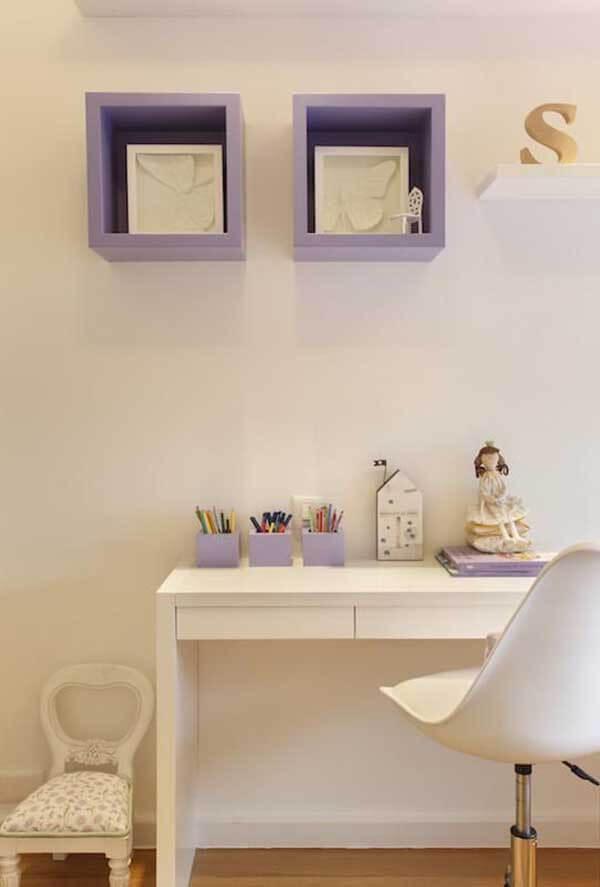 Cor lilás em nichos e escrivaninha na cor branca