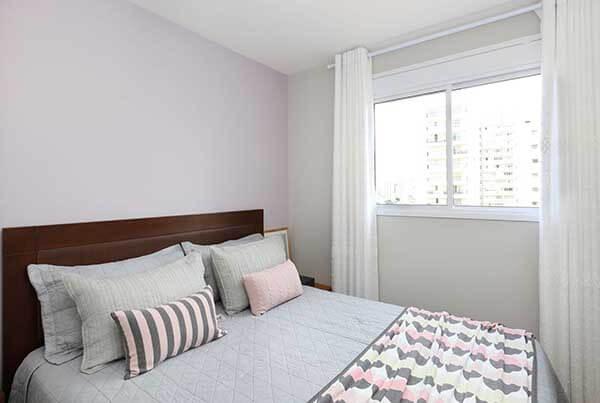 Cor lilás em parede com cabeceira de madeira