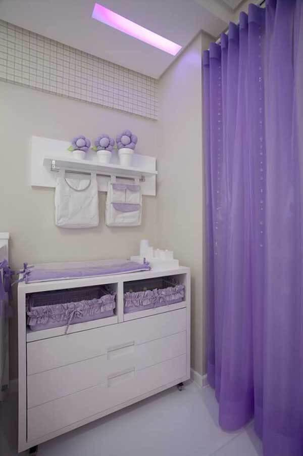 Cor lilás em quarto de bebê