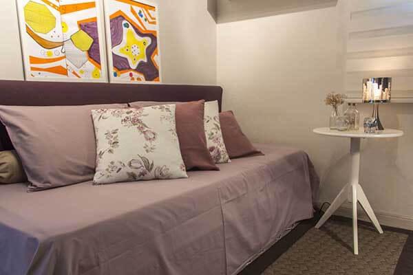 Cor lilás em quarto de menina com quadros decorativos