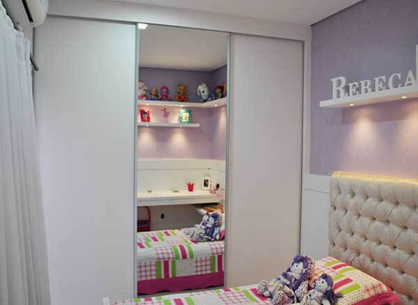 Cor lilás em quarto de menina e armário com espelho