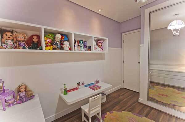 Cor lilás em quarto de menina