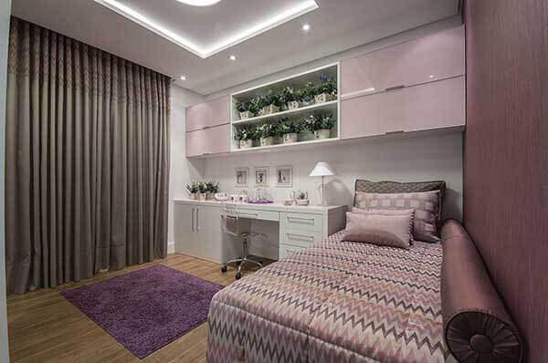 Cor lilás em tapete peludo no quarto de casal