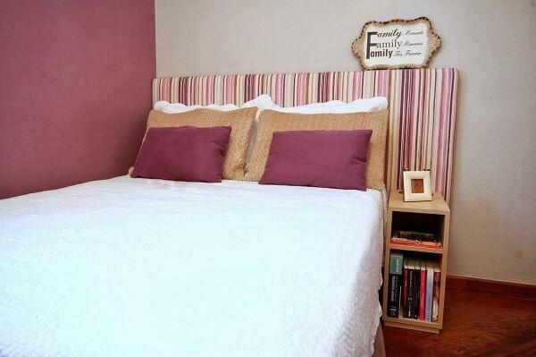 Cor lilás na cabeceira e parede do quarto de casal