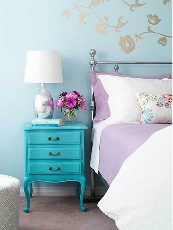 Cor lilás na decoração de quarto de casal simples