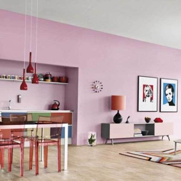 Cor lilás na decoração de sala ampla