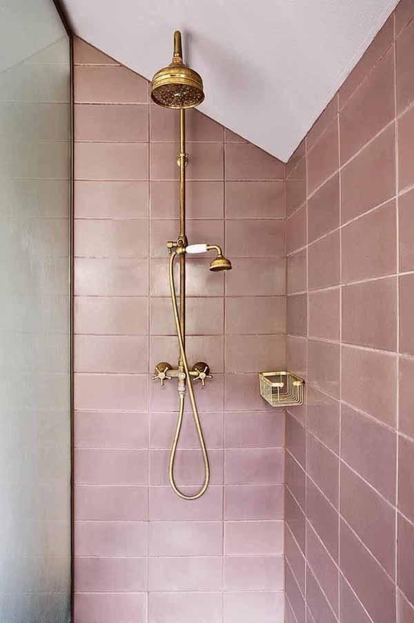 Cor lilás no ladrilho do banheiro