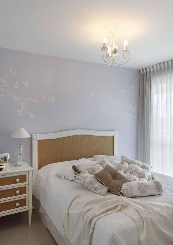 Cor lilás no papel de parede em quarto de casal