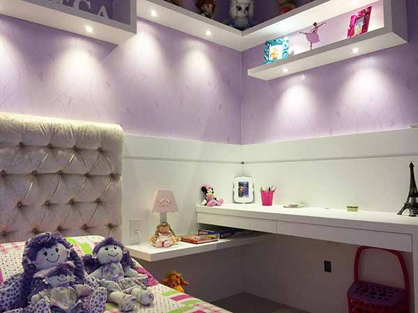 Cor lilás no quarto de menina
