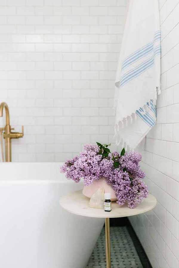 Cor lilás no vaso de flores dentro do banheiro