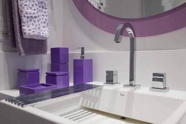 Cor lilás nos acessórios do lavabo