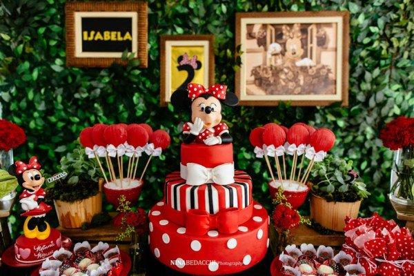 Decoração para festa da minnie vermellha com elementos pontuais nas cores amarelo, preto e branco