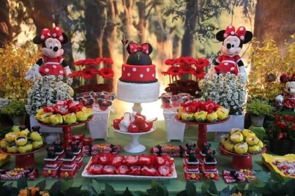 Decoração de mesa para festa da Minnie vermelha com gerbera