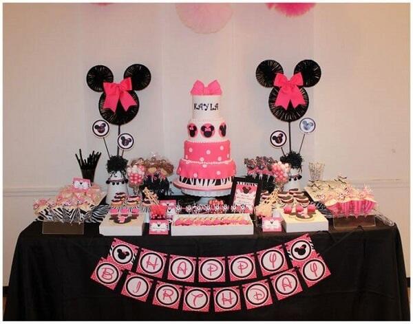 Decoração de festa da Minnie mesclando as cores preto, rosa e branco