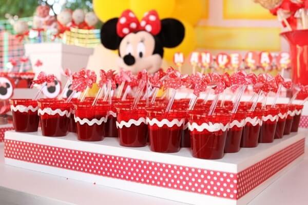 Docinhos com a cor do tema da festa da minnie vermelha