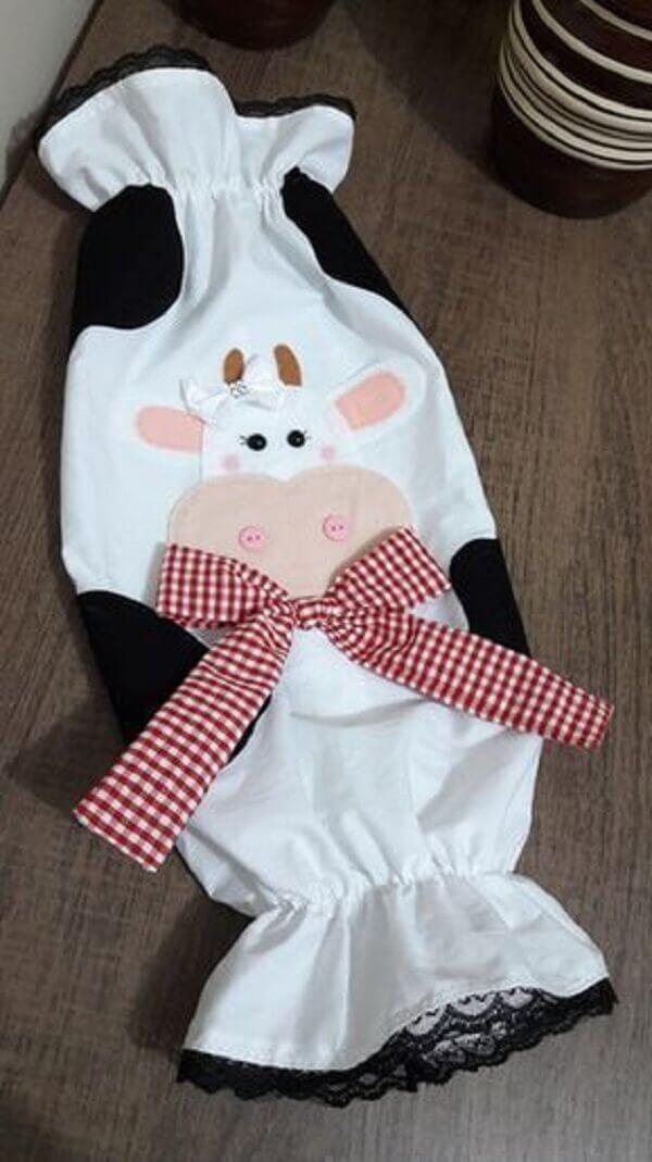 Estampa de vaquinha compõe a decoração do puxa saco de tecido