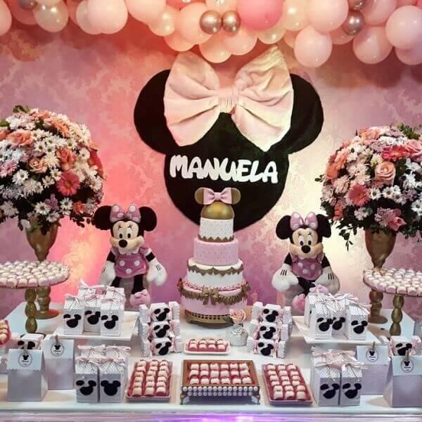 Flores que complementam a decoração da mesa do bolo