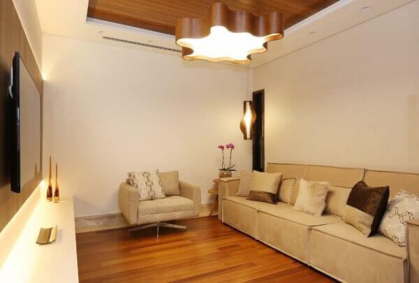 Forro de madeira com Sala de TV e Luminária
