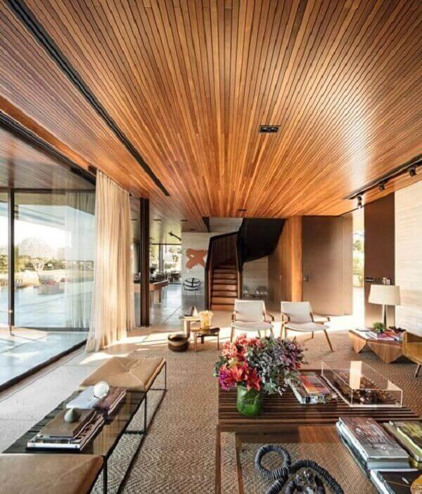 Forro de madeira em casa estilo moderno