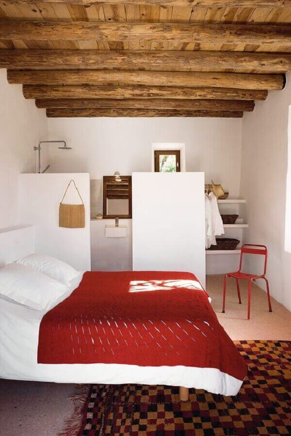 Forro de madeira em quarto de casal rústico
