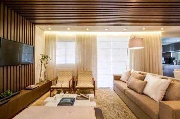 Forro de madeira em sala de apartamento
