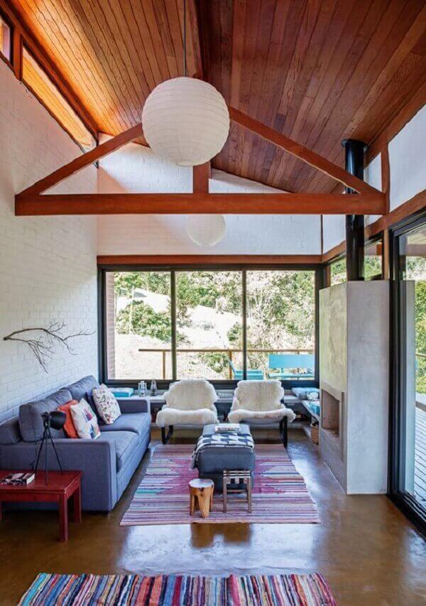 Forro de madeira em sala de estar espaçosa