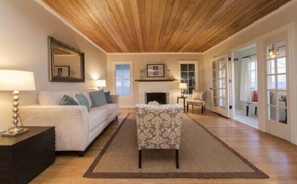 Forro de madeira em sala de estar luxuosa