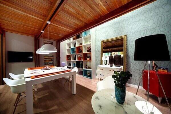 Forro de madeira em sala estilosa