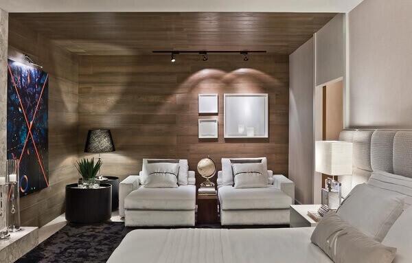 Forro de madeira utilizado na decoração de quarto de casal