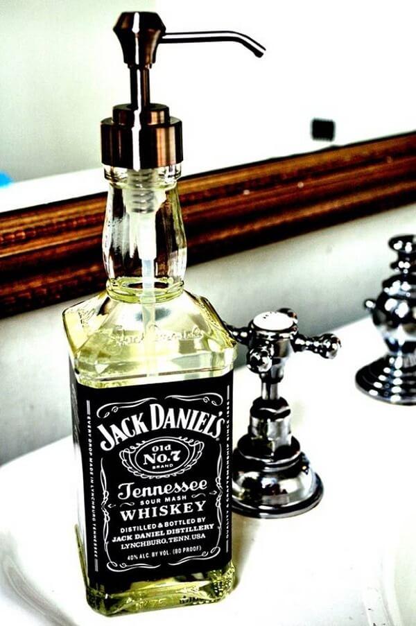 Garrafa de Whiskey Jack Daniel's transformada em saboneteira