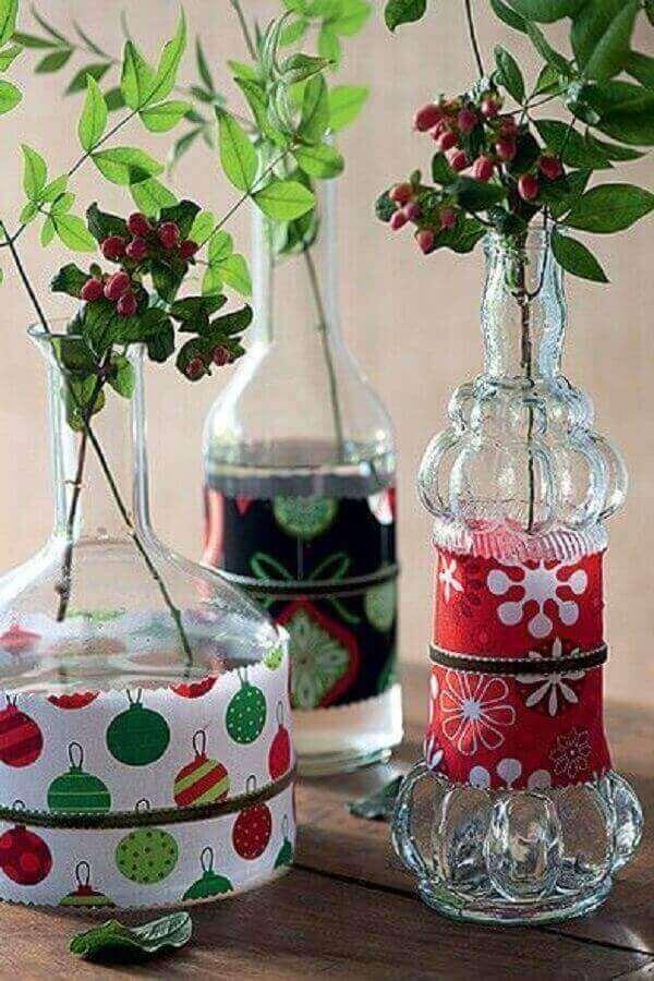 Peças natalinas criadas com a técnica de artesanato com garrafa de vidro e tecido