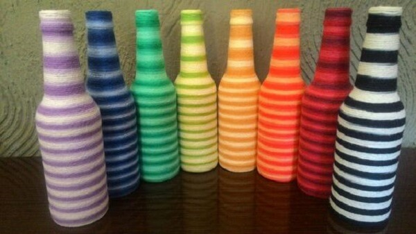 Artesanato com garrafas de vidro com barbante colorido