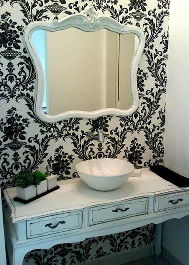 Lavabo pequeno decorado com papel de parede floral e espelho provençal branco Foto Efl Furniture