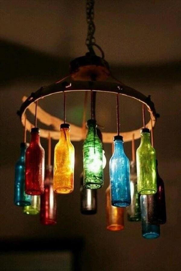Luminária suspensa feita com garrafas de vidro cortadas