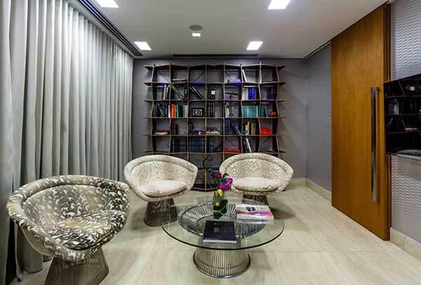 Modelos de cortinas e estantes com livros