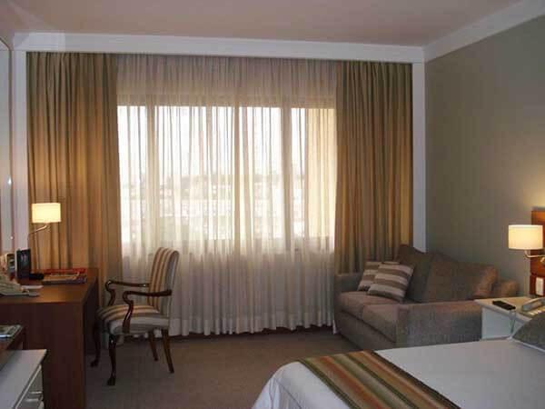 Modelos de cortinas em sala simples