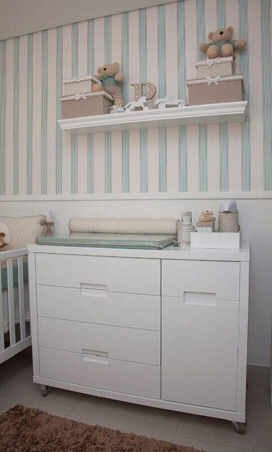 Prateleira para Quarto de Bebê decorado com papel de parede listrado Foto Pinterest